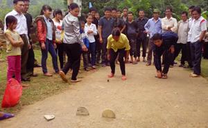 Nam, nữ thanh niên cùng tham gia trò chơi đánh mảng.